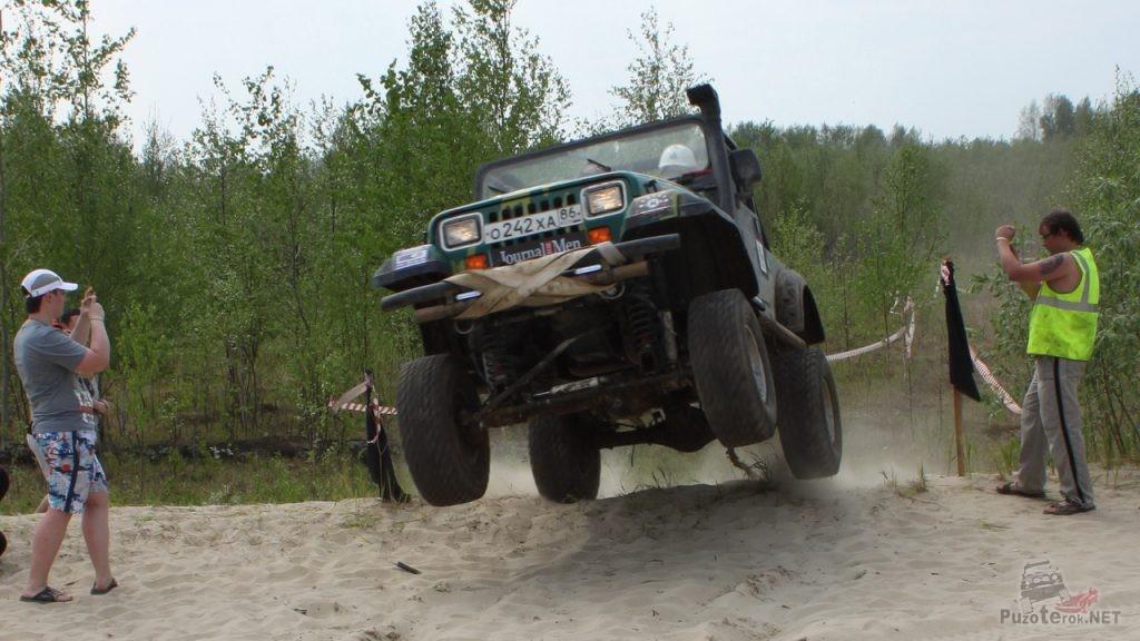 Jeep Wrangler в прыжке