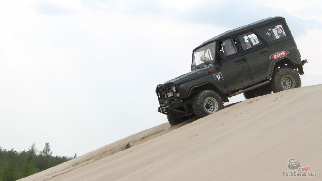 УАЗ Хантер на песчаном карьере