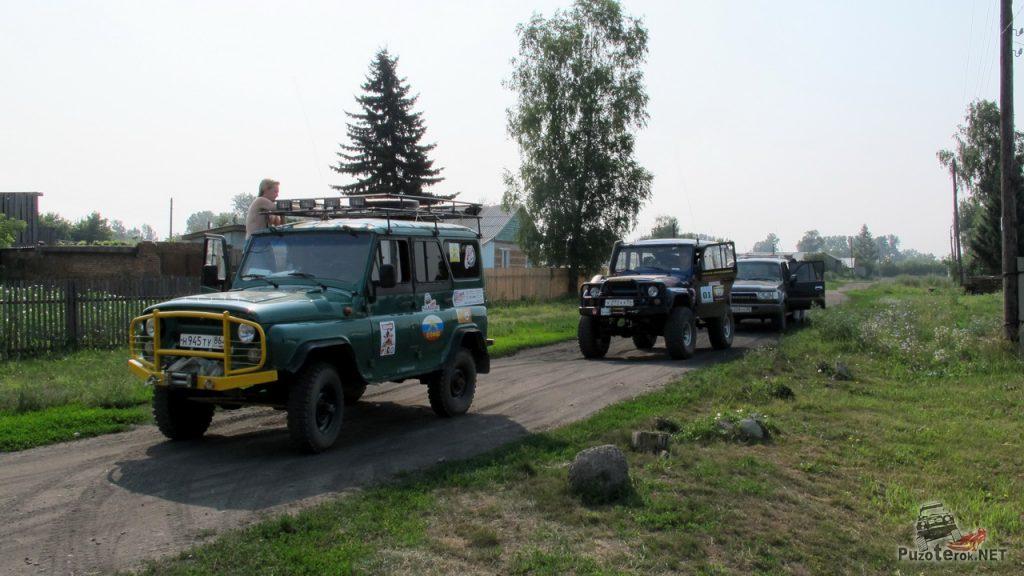 Автомобили участников экспедиции в Горный Алтай