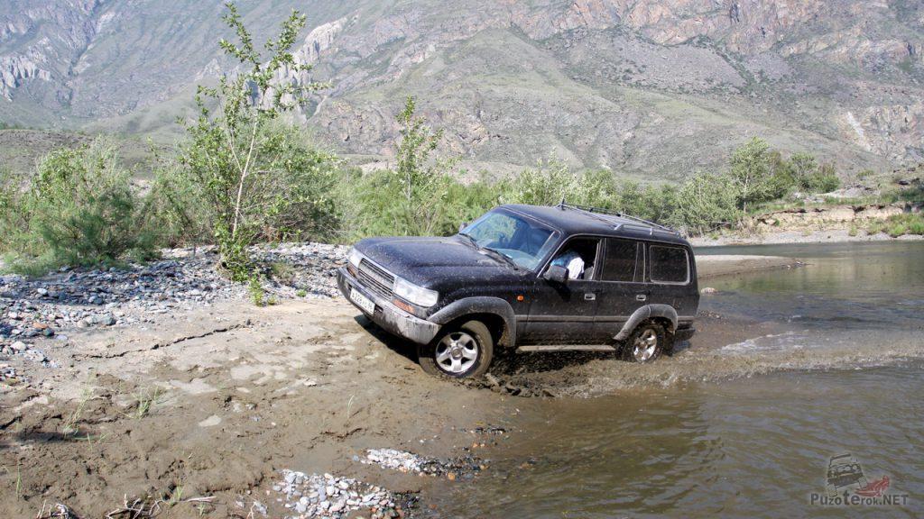Land Cruiser не может заехать на крутой берег