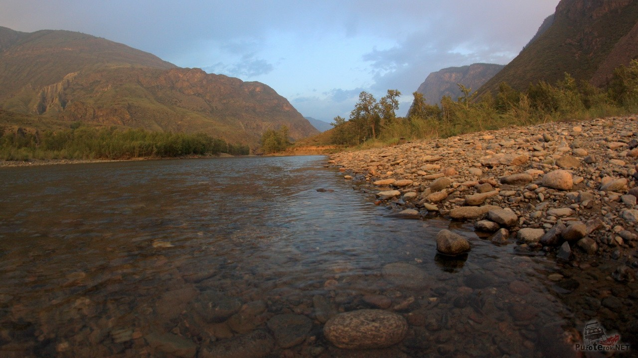 Чистая и прозрачная вода Чулышмана, видно все камни на дне.