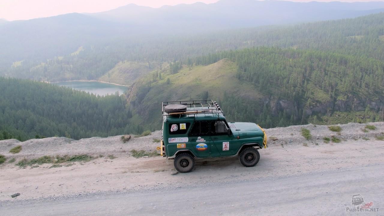 УАЗ в горах Алтая по дороге на Чулышман