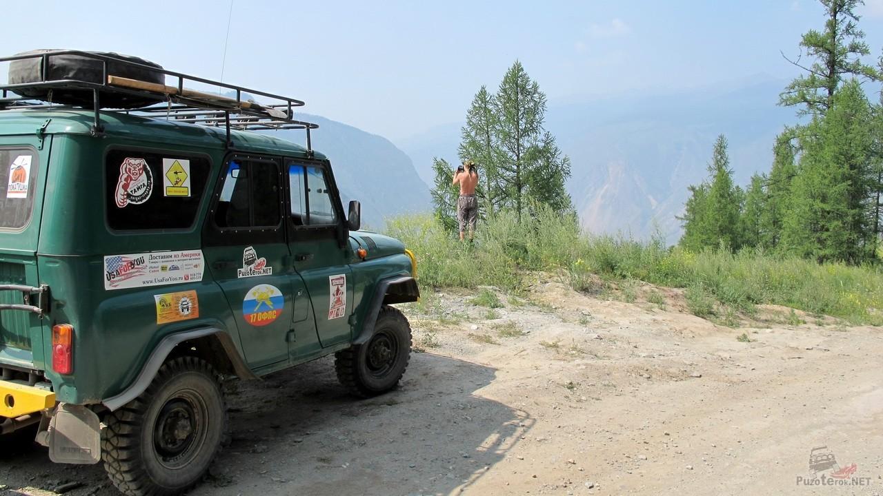 УАЗ на фоне гор долины Чулышмана