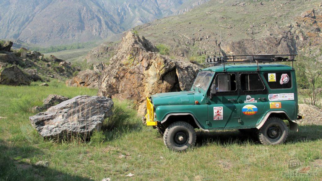 Огромные каменные глыбы и УАЗ в путешествии по долине реки Чулышман