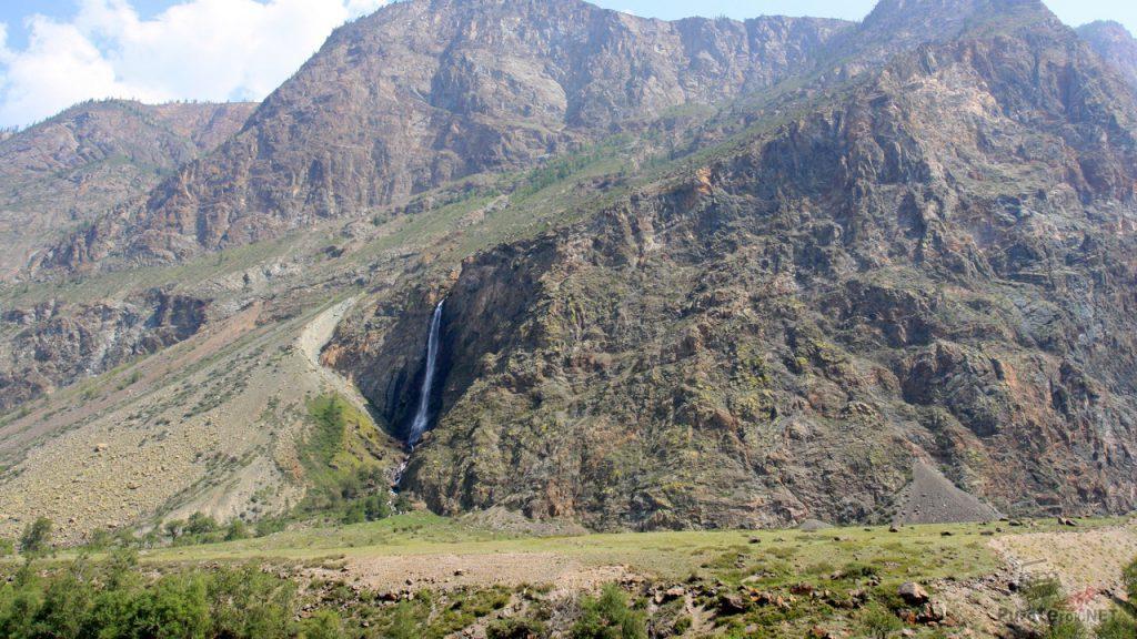 Небольшой водопад в горах возле Чулышмана