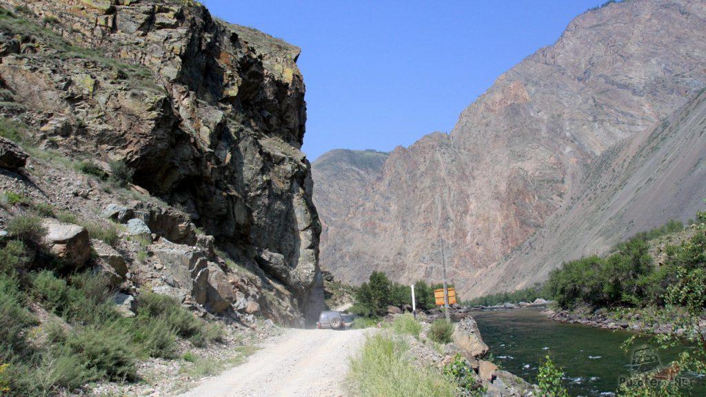 Дорога идет вдоль реки Чулышман