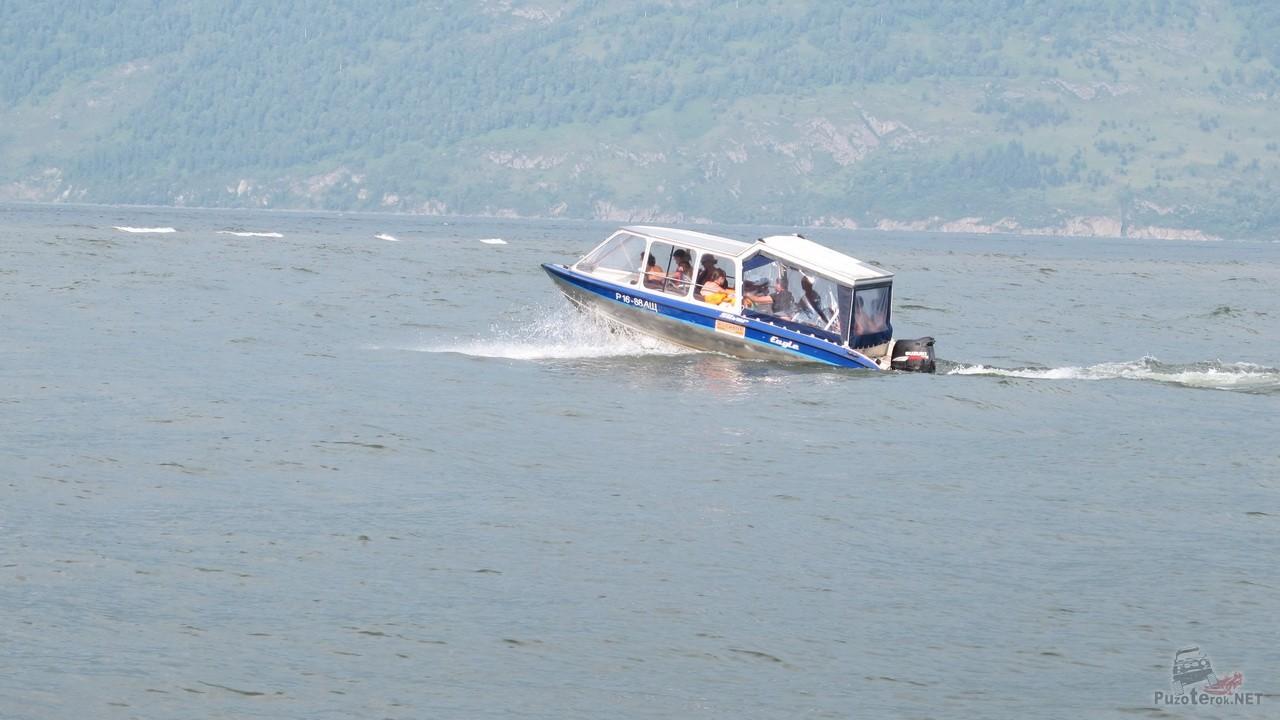 Прогулочный катер возит туристов на Телецком озере