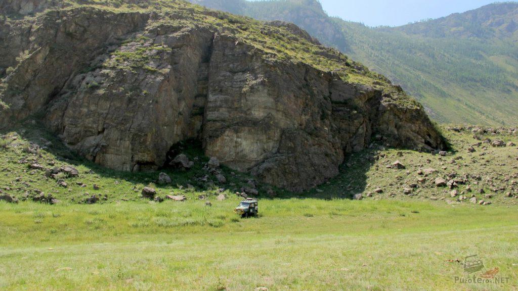 УАЗ на фоне маленькой горы