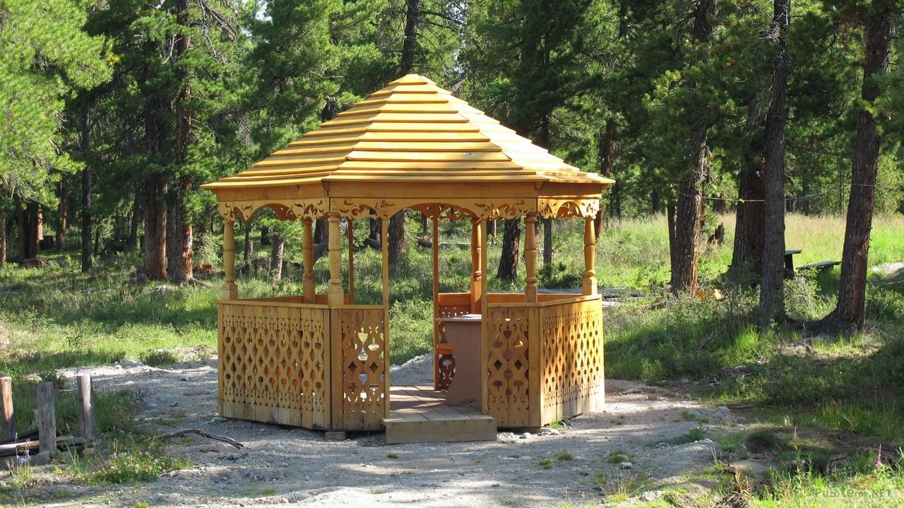 Фото красивой деревянной беседки на базе отдыха