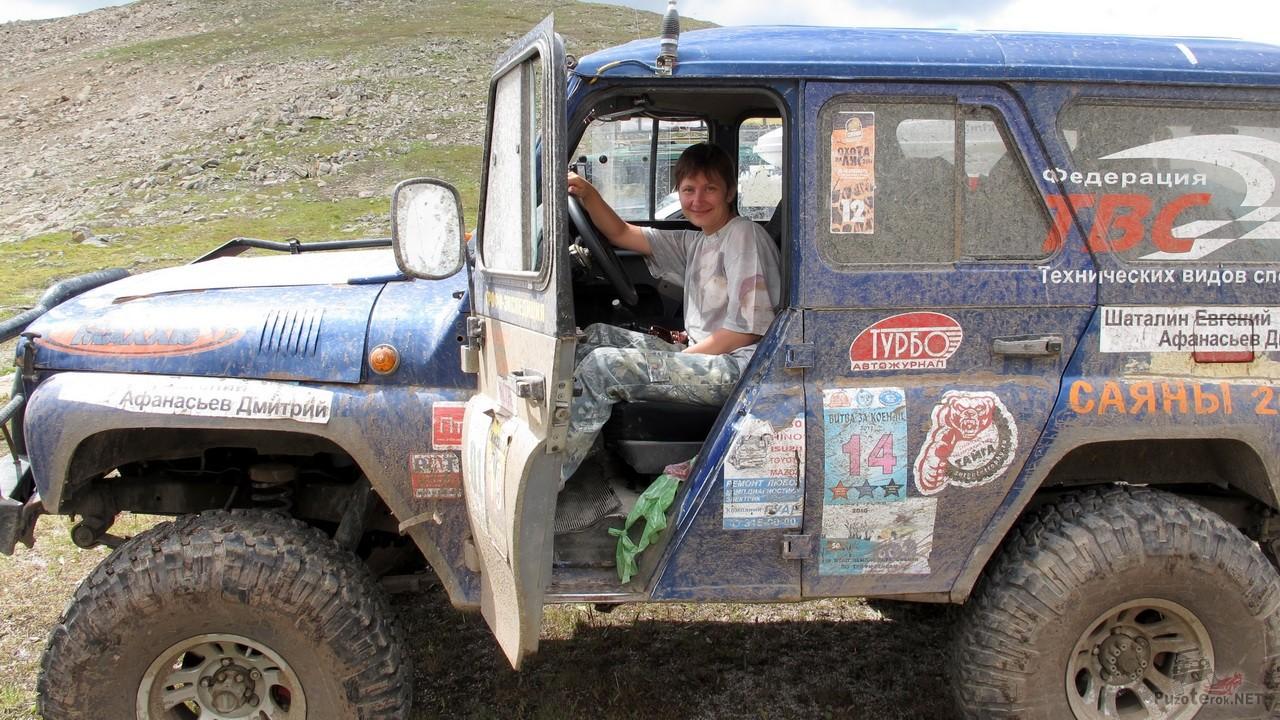 Фото на перевале в подготовленном для бездорожья УАЗике