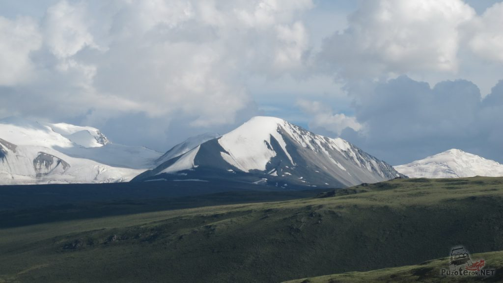 Заснеженная вершина горы Найромдал