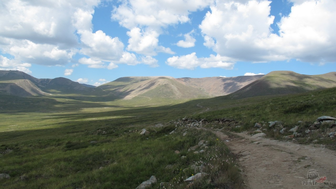 Дорога среди холмов