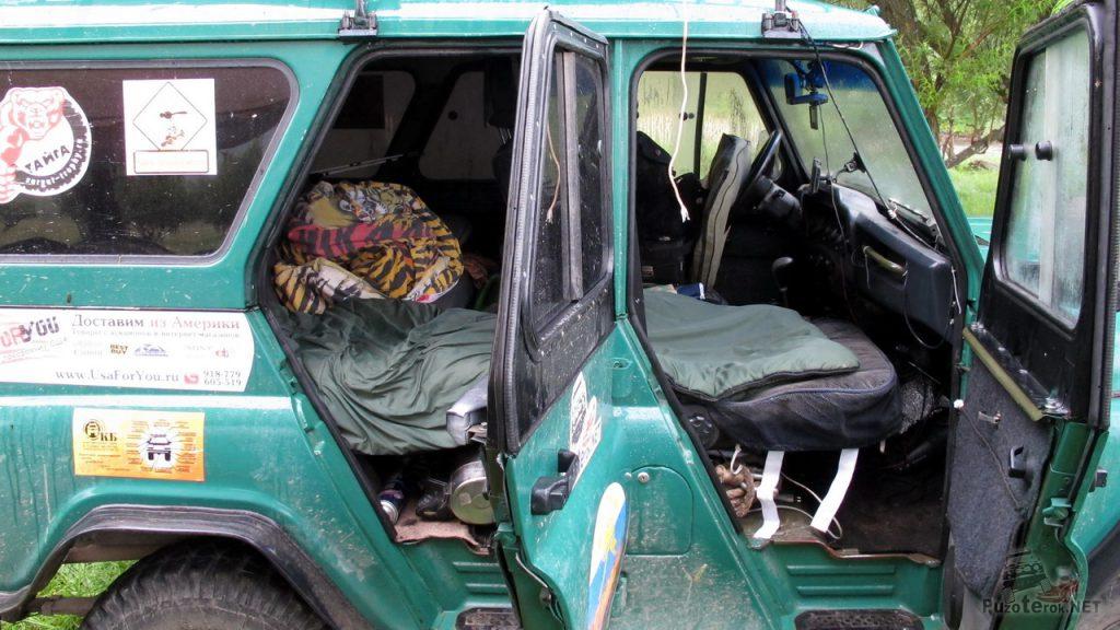 Разложены сиденья переднего и заднего ряда, получилось спальное место