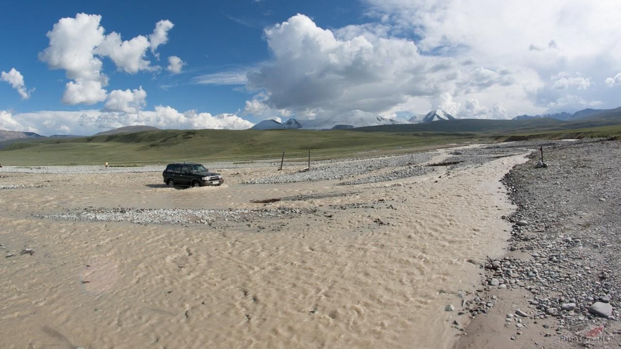 Land Cruiser проезжает брод на плато Укок