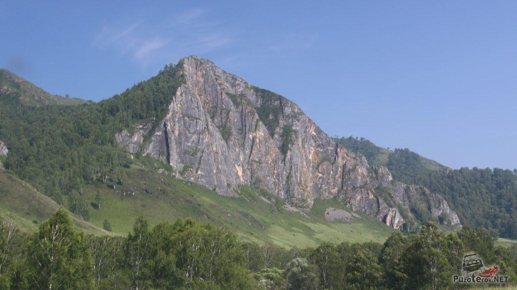 Первые скалы по пути в республике Алтай