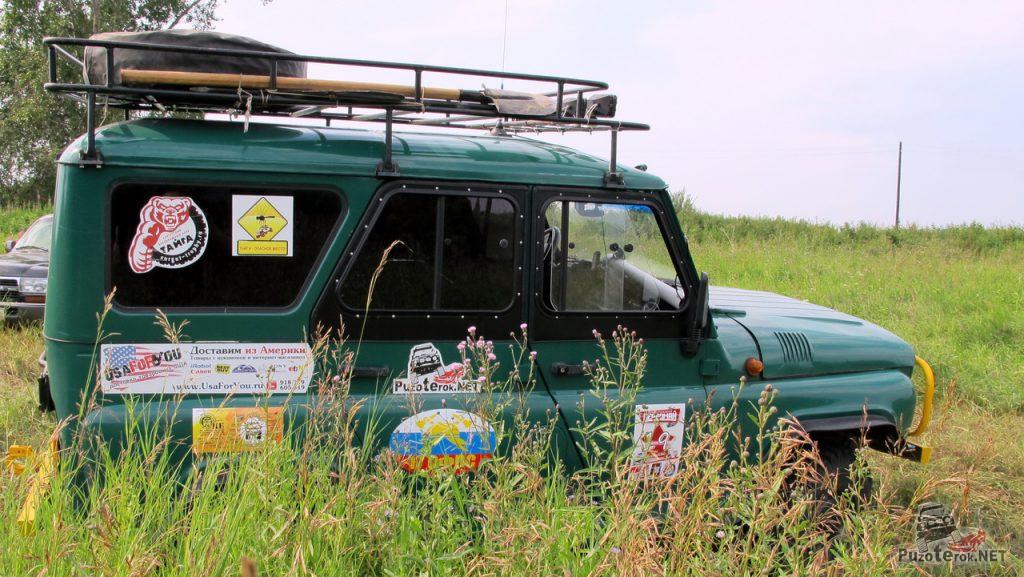 УАЗ путешественников в высокой траве