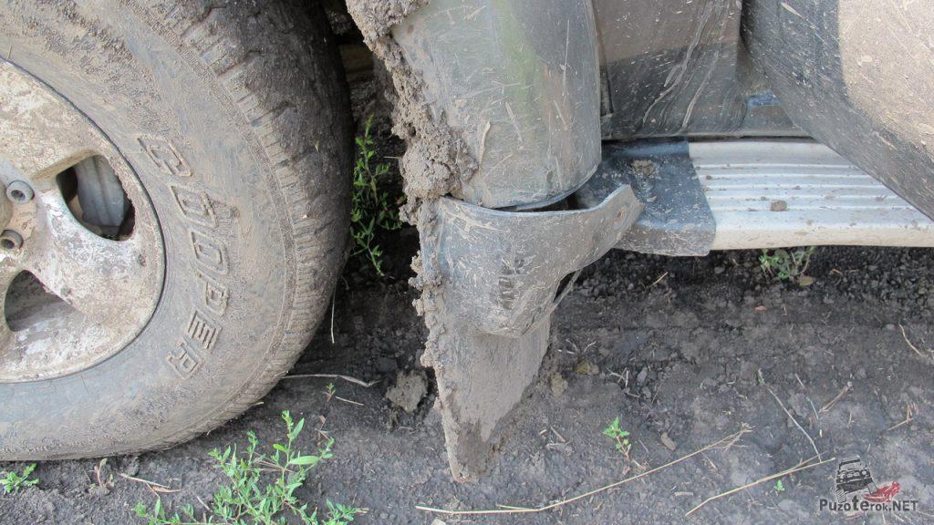 От езды по глиняным грунтовкам отвалился брызговик на крузаке