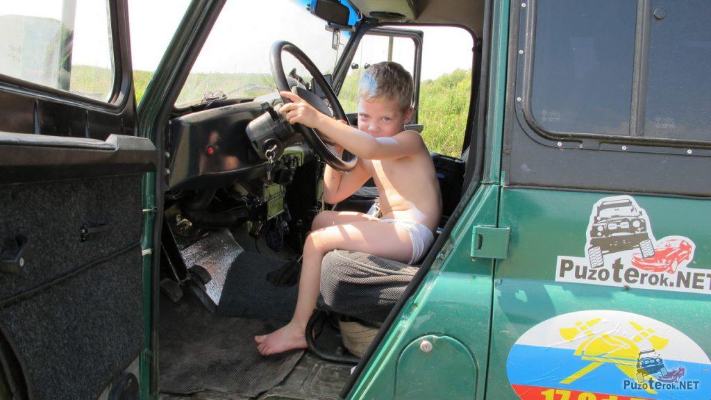 Маленький водитель УАЗика