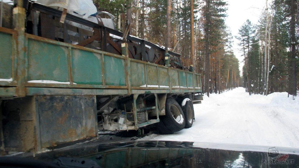 Брошенный грузовик на зимнике