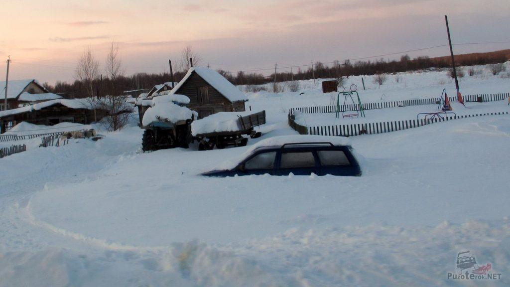 Занесенный снегом автомобиль