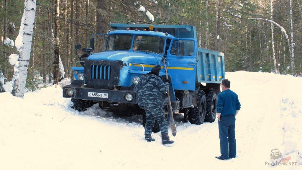Урал застрял на зимнике пропуская нас