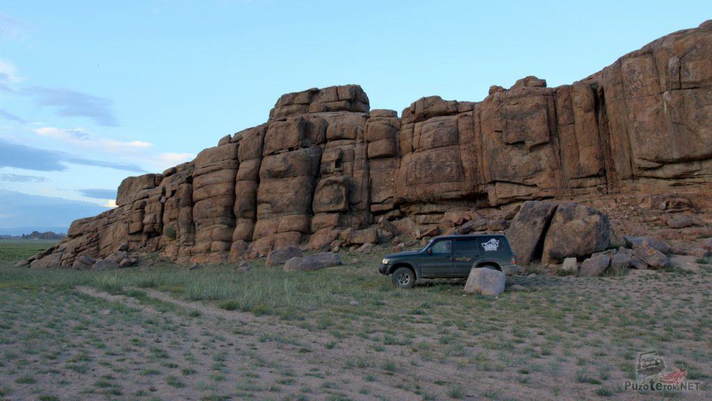 Ниссан Патрол возле монгольской горы