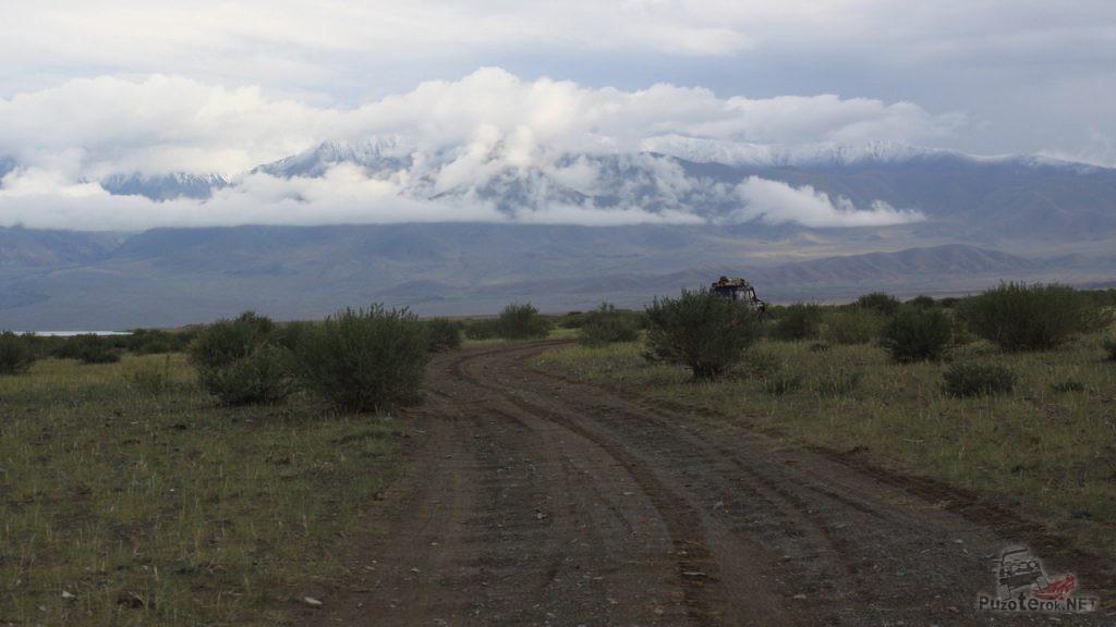 Монгольская дорога представляет собой грунтовку, выбитую как стиральная доска