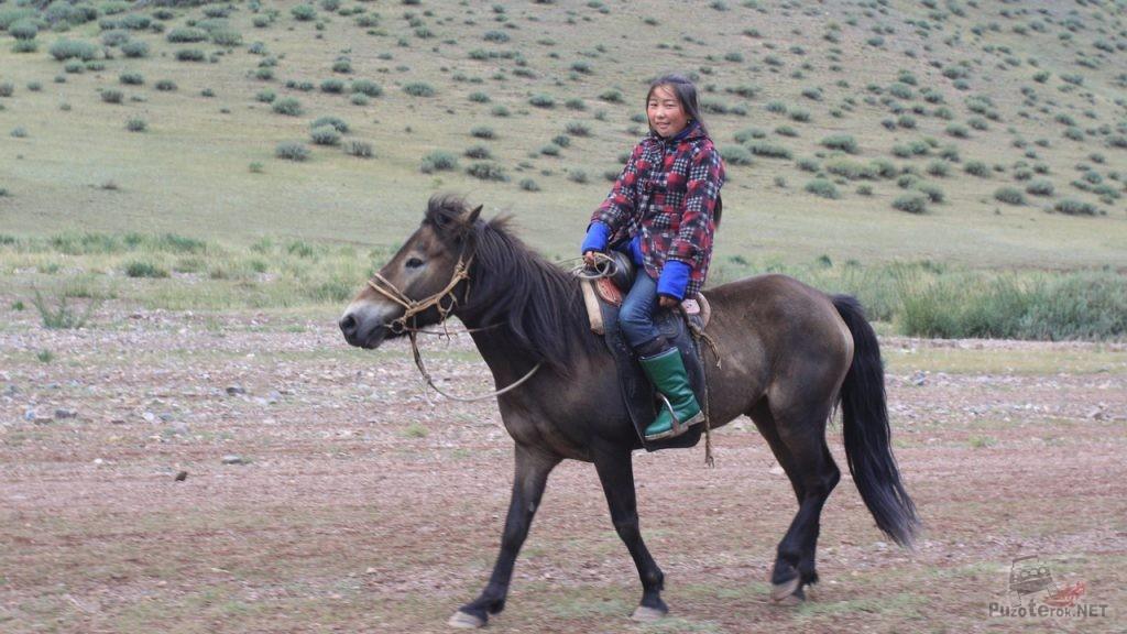 Монгольская девушка верхом на лошади