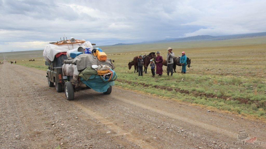 Скарб монгольской семьи едет на УАЗике с прицепом