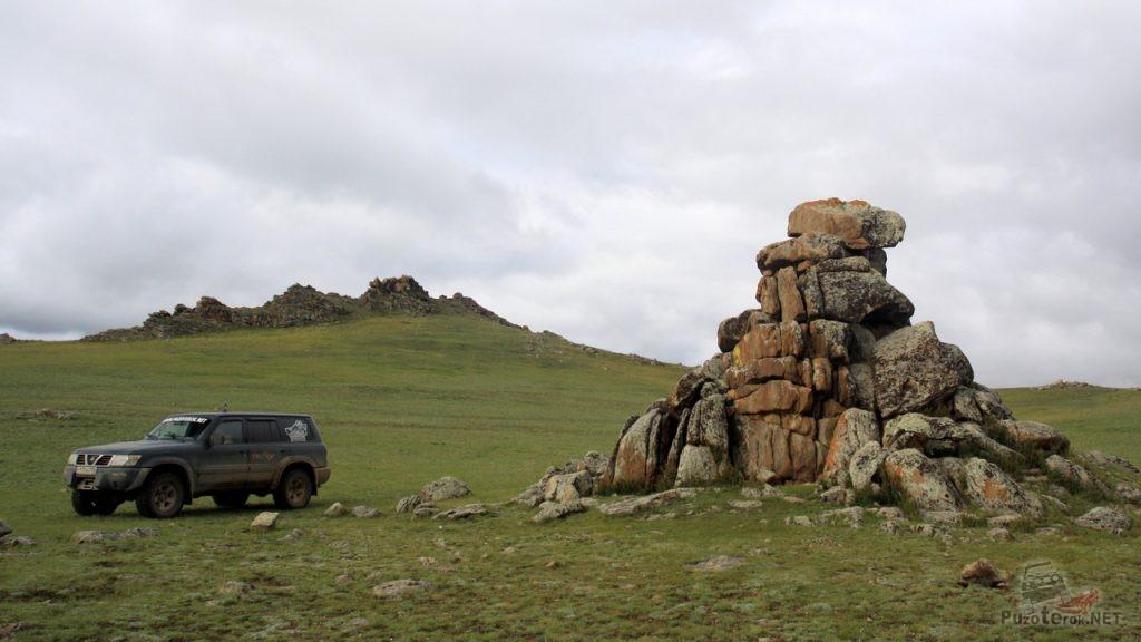 Ниссан Патрол и нагромождение камней