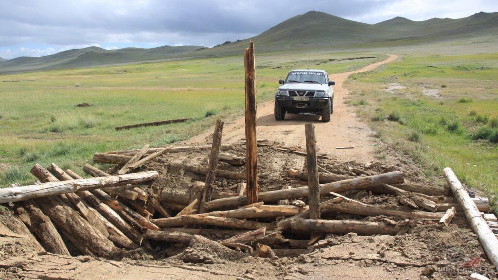 Разрушеный мост через ручей в Монголии