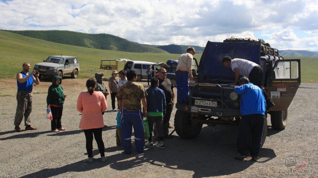 УАЗ с двигателем от Ниссан и на больших колесах вызвал интерес местного населения