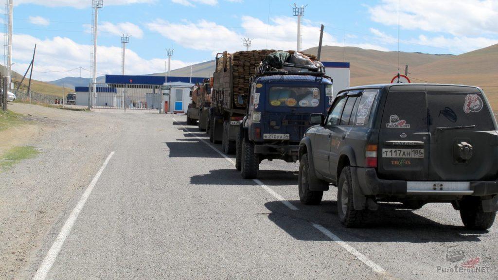 Ожидание очереди на таможню в Монголию
