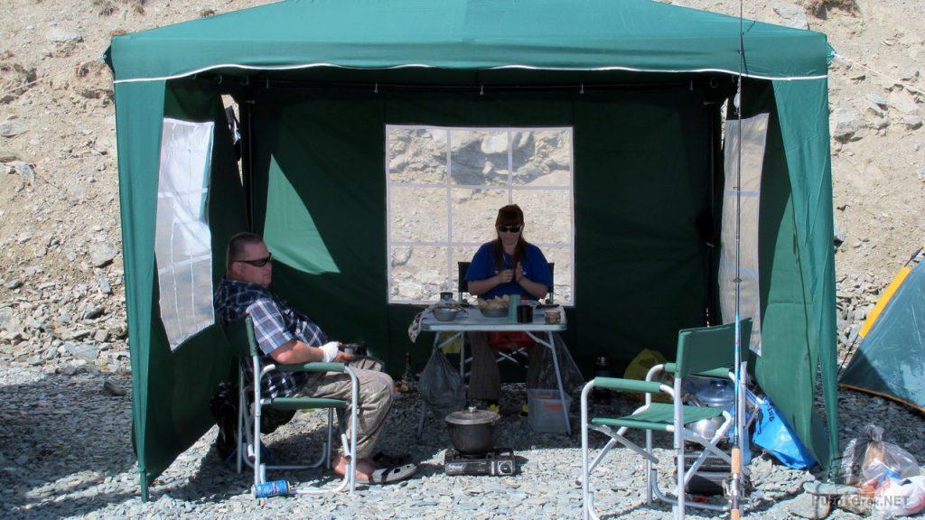 Отдых в шатре и приготовление пищи в путешествии