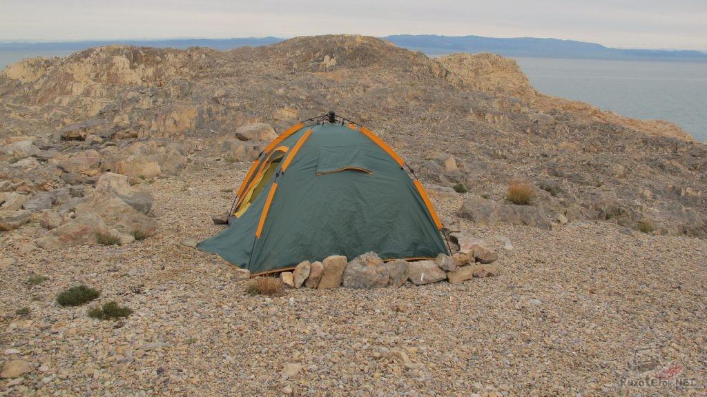 Закрепление палатки камнями на ветреной местности