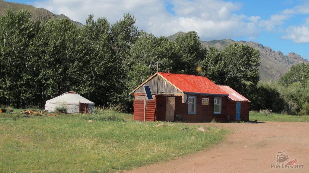 Дом и рядом юрта в Монголии