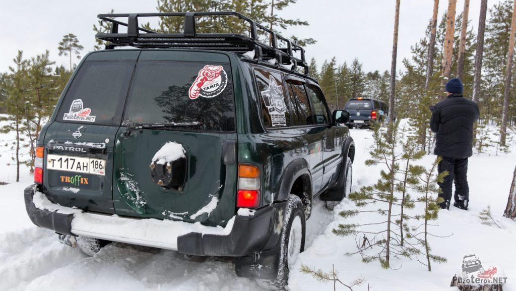 Nissan Patrol и Volkswagen Amarok в лесу на бездорожье