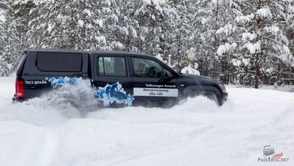 Volkswagen Amarok едет по снегу