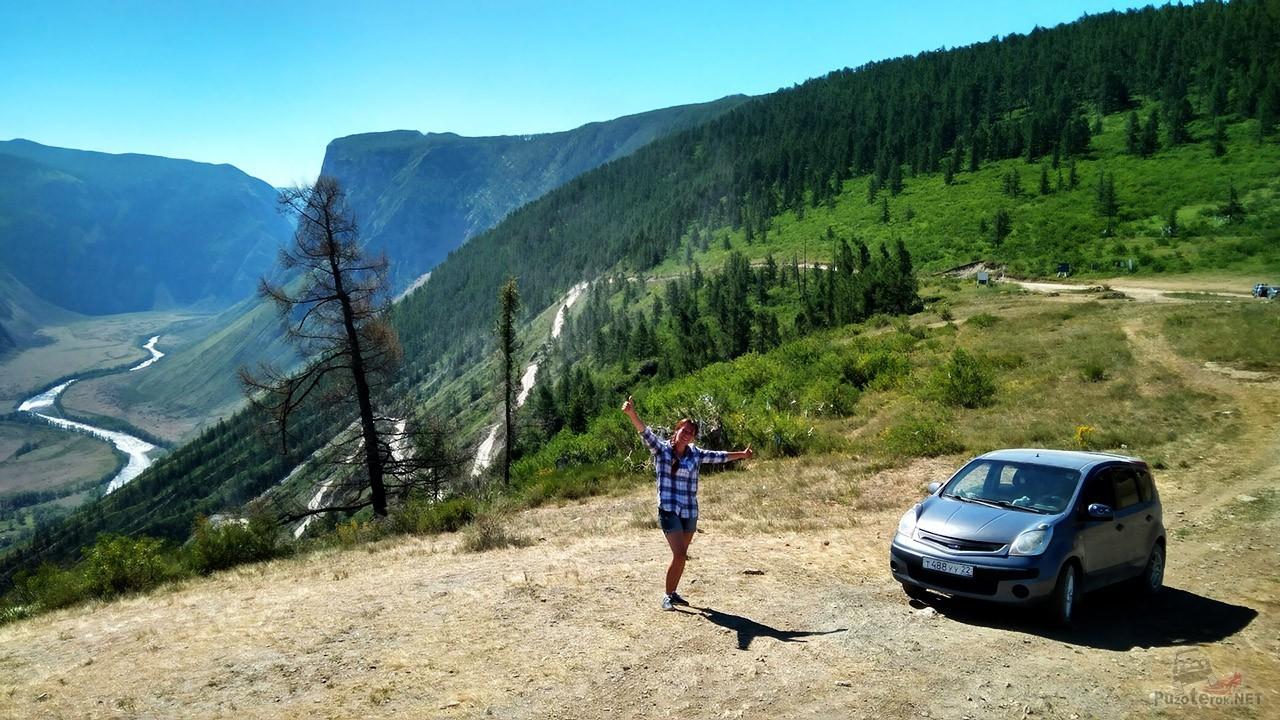 Авто-туристка на перевале Кату Ярык