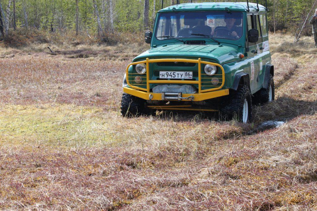 Подготовленный УАЗ на 35 колесах на ковровом болоте