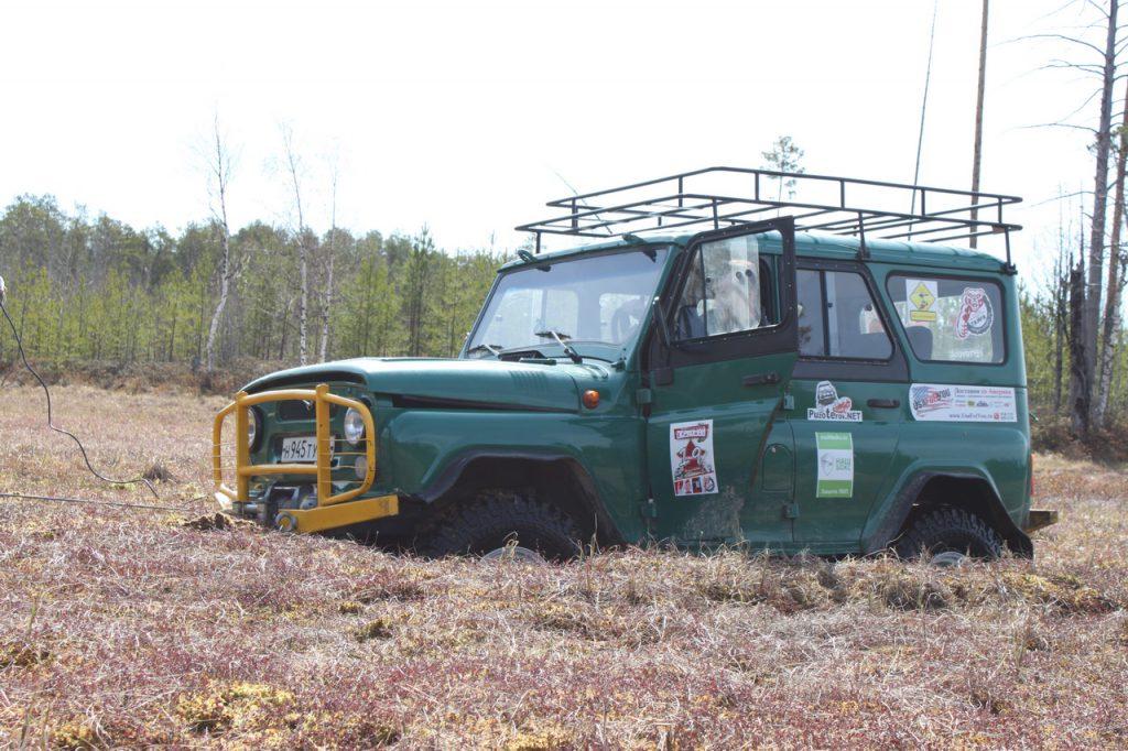 УАЗ выезжает из болота на лебедке