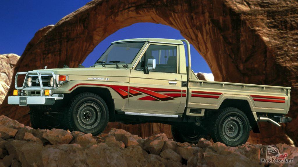 Фото Toyota Land Cruiser Pickup J79 на фоне природной арки