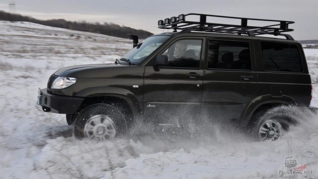 Подготовленный УАЗ Патриот в снегу