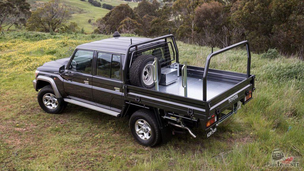 Toyota Land Cruiser 79 на поляне