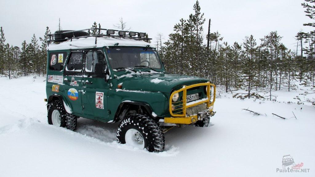 УАЗ на военных мостах зимой едет по снегу