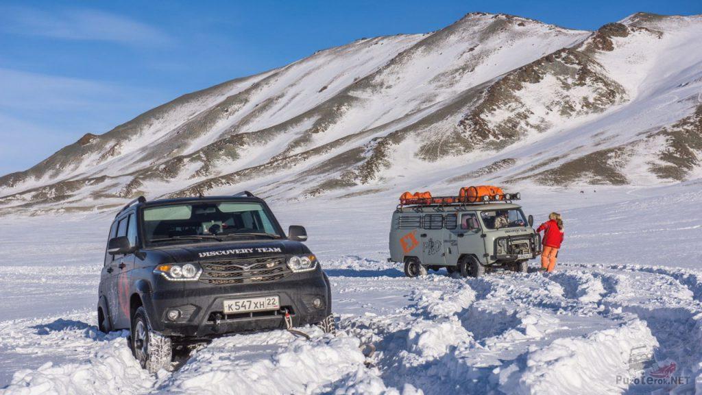 Заснеженный перевал на Алтае. УАЗ Патриот и УАЗ Буханка