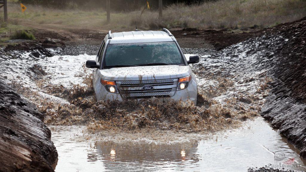 Ford Explorer застрял в грязи