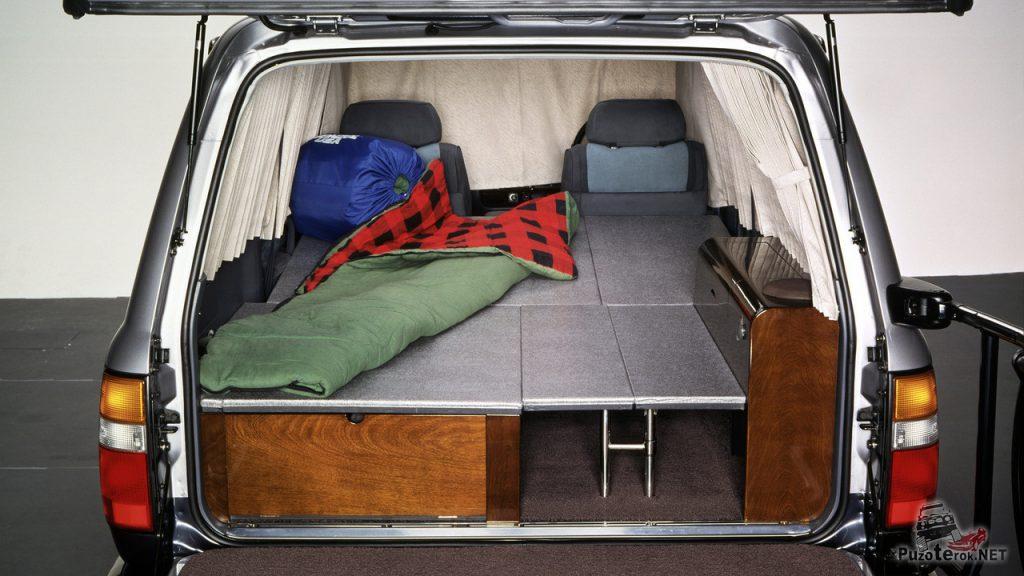 Специальная конструкция в багажный отсек внедорожника, позволяет обустроить спальное место с комфортом