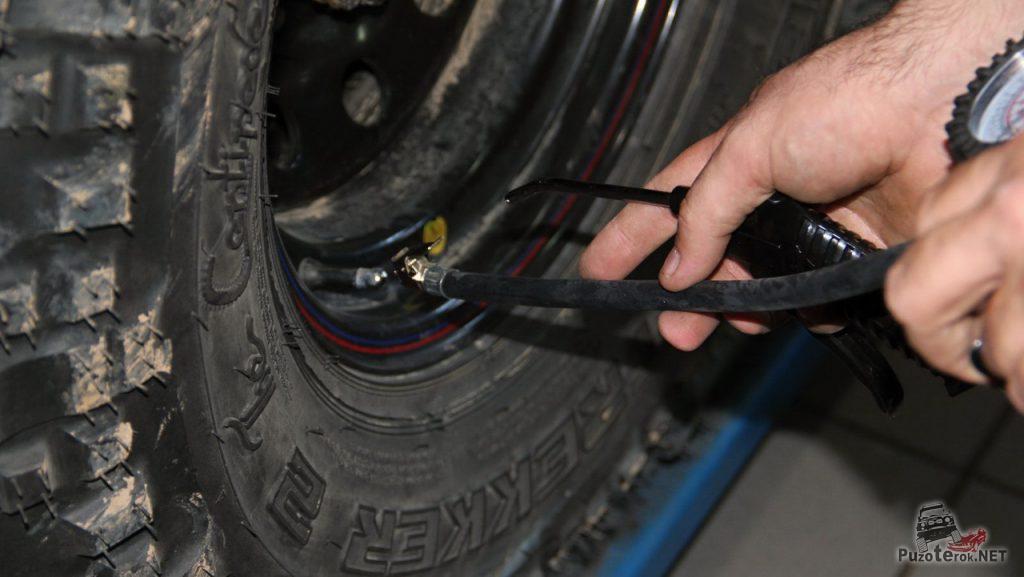 Используя воздушный удлинитель легко накачивать колеса.