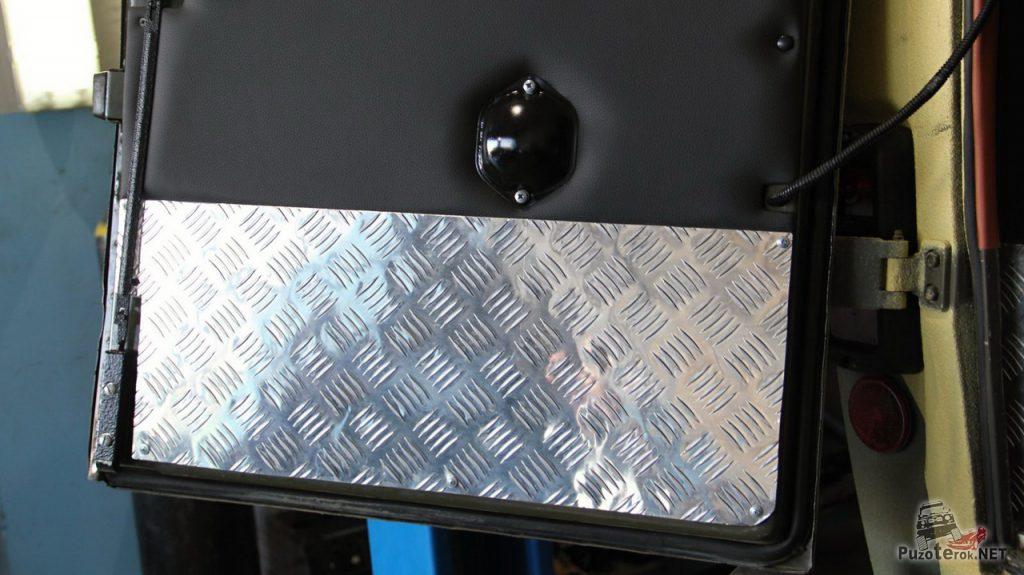 """Нижняя, самая """"страдающая"""" часть дверей защищена алюминиевым листом."""